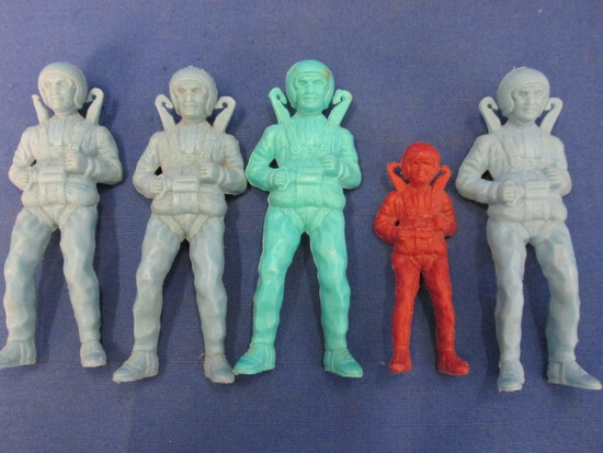 "5 Vintage Ray Plastics Paratrooper Soldiers ca 1963 – 4 are 4"" Blue & 1 is 3"" Brown"