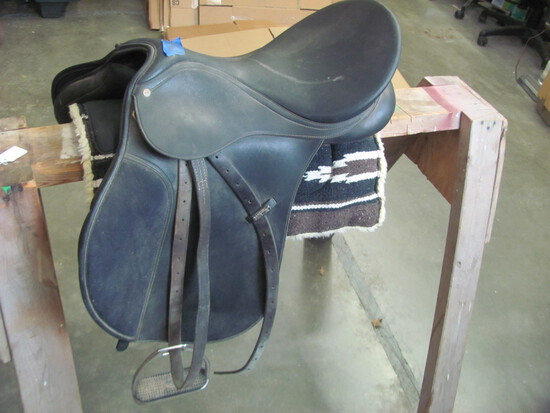 Wintec Saddle w/stirrups – Black leather – pad not included (see lot 13)