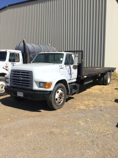 1999 Ford F-Series 22' Flatbed Truck w/ Rear Duals.