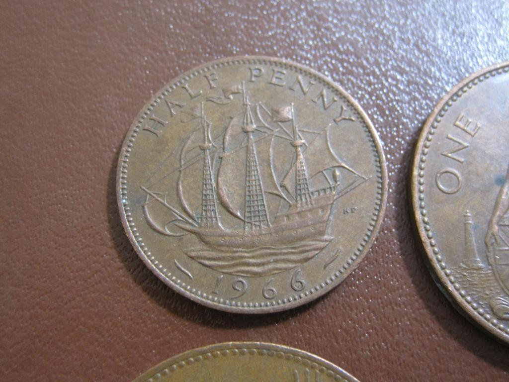 Lot: Lot of 4 United Kingdom coins: 2 1965 one penny pieces