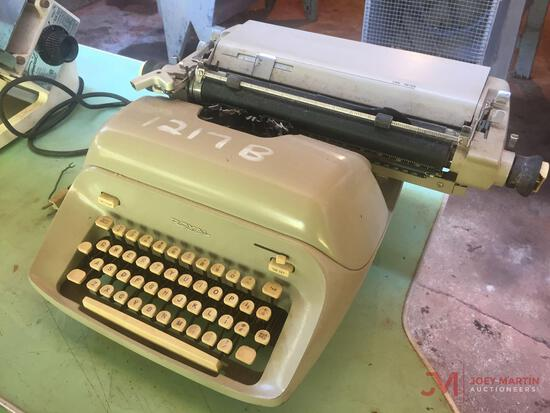 ROYAL ANTIQUE TYPEWRITER