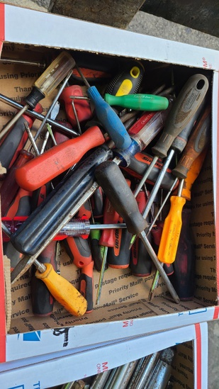 Large lot - assorted screw drivers
