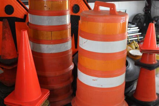 PALLET OF CONES AND BARRICADES