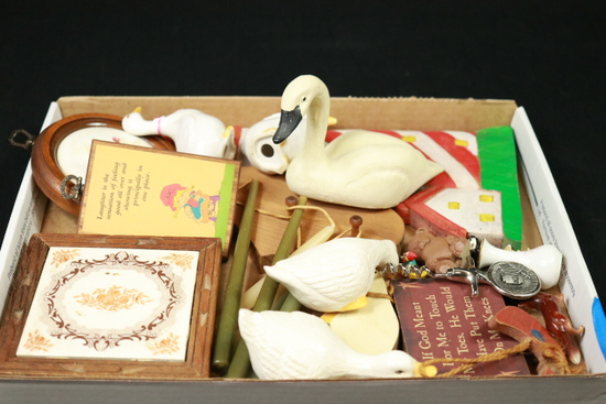 Box of Assorted Wall Décor