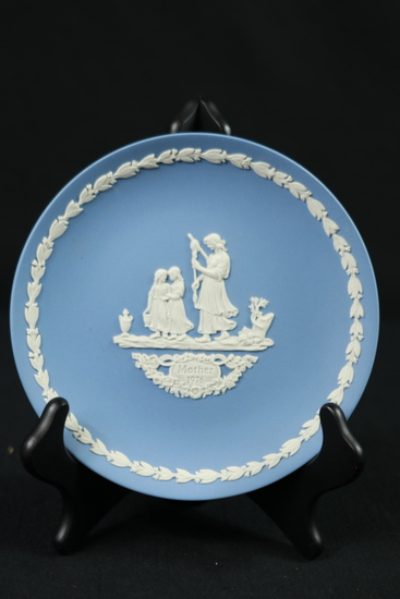 """Wedgwood """"Mother 1976"""" Plate"""