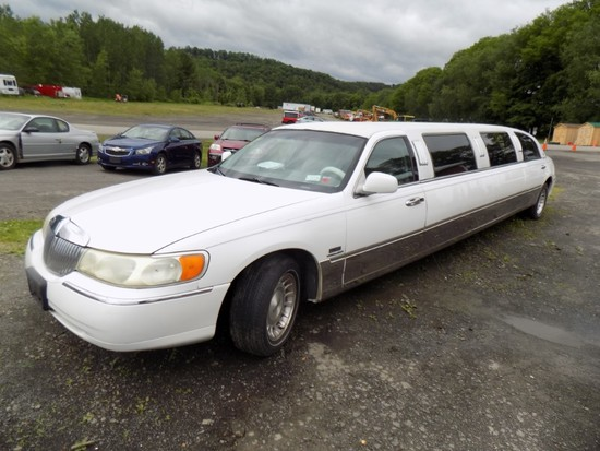 1998 Lincoln Town Car Stretch Limo, Auto, Leather, Bar, Seating for 7 in Ba