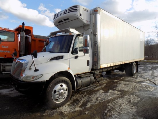 2005 International 4400 DT466 Reefer Truck Eaton Fuller, 6 Speed Trans., 33