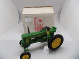 John Deere 520 Wide Front in 1/16 Scale, Plastic Model by Standi Toys (5)