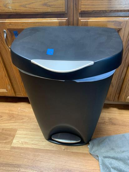 Trashcan with foot operation