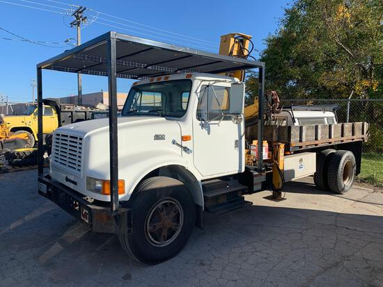1998 international model 4900 4x2 outrigger/boom truck 5600 hours and 99k miles