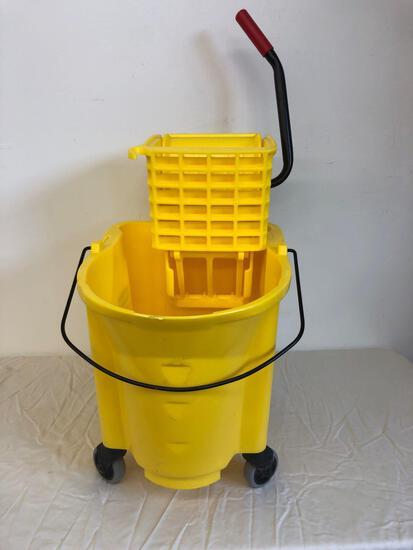 New Rubbermaid Mop bucket