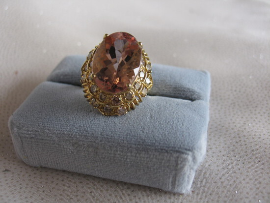 Ladies dress ring 14K yellow Gold, stamped 14K. Morganite Beryl peach pink