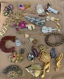 LARGE LOT OF COSTUME JEWELRY BROOCHES AND PINS
