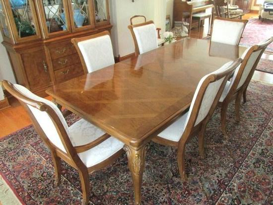Thomasville dining room table- Pecan inlaid pattern provincial style w/carved legs, 2 captain & 4