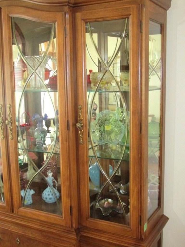Thomasville Dining Room Hutch Pecan Wood Lighted 3 Beveled Leaded Pane Door