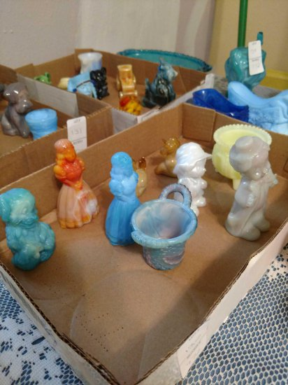 Tray lot of Boyd Glass figurines