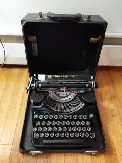 Vintage Underwood Typewriter with Carry Case