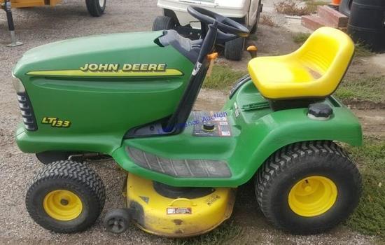 John Deere LT133 Lawnmower