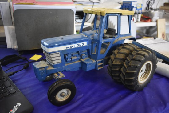 Ford TW-10 with Duals by ERTL Toys