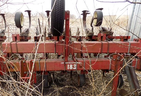 IH 183 12-row cultivator