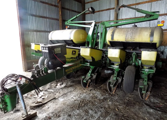 '97 John Deere 1760 12-row planter