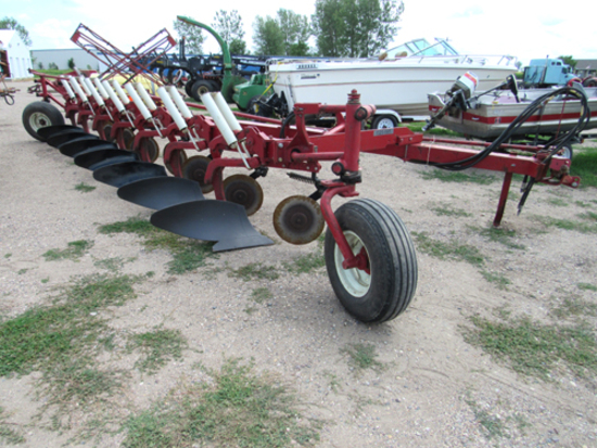 IH 710 7-bottom plow