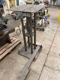 Hydraulic jack leveling table