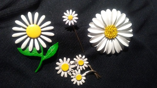 Lot of 4 DAISY DELIGHT Pin and Brooches