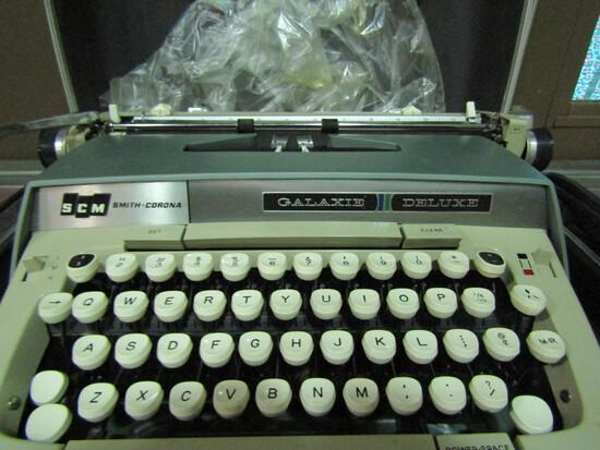 Vintage Smith Corona Galaxie Deluxe Typewriter in Case