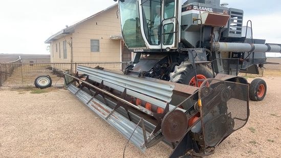 1982 Gleaner F2 Combine and header