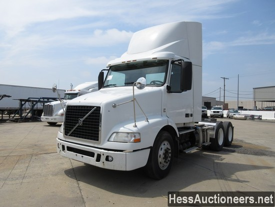 2013 VOLVO VNM64200 T/A DAYCAB