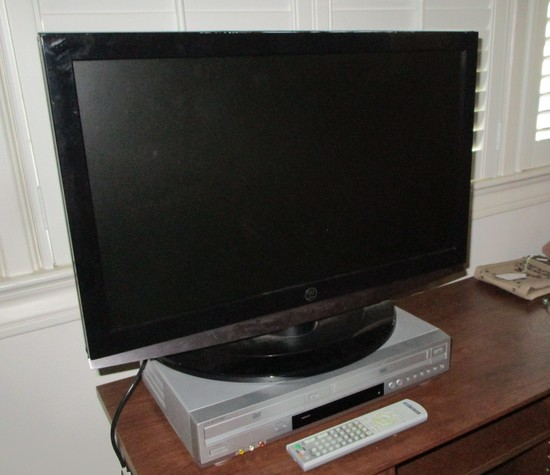 "Westinghouse Flat Screen 26"" TV w/Sony DVD/VHS Player w/remote"