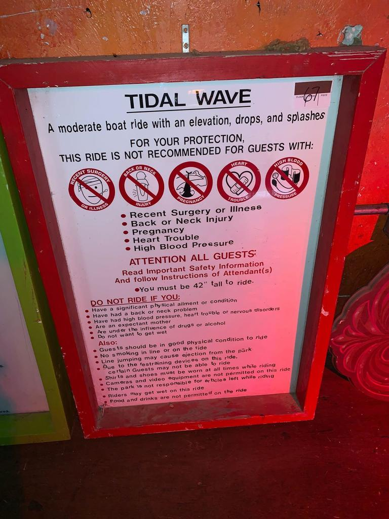 Tidal Wave Instructional Ride Sign