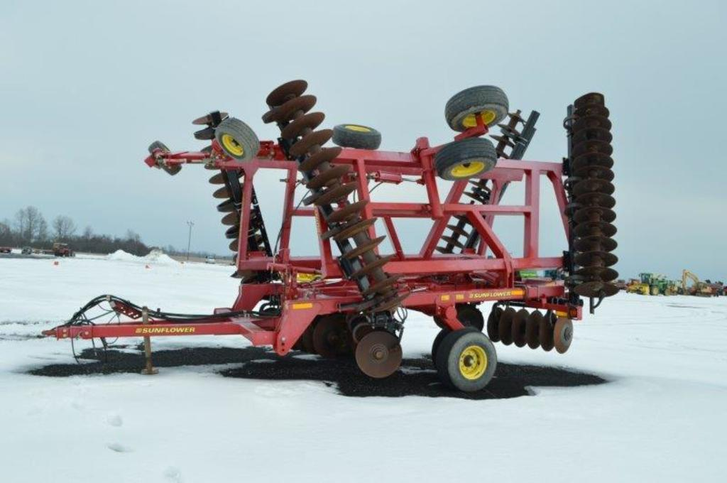 Sunflower 1435 30' rock flex, packer hitch w/ hyd, 12.5L-15 tires (only use