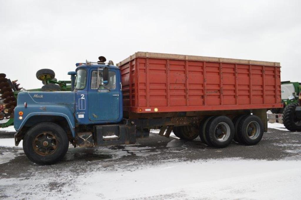 '71 Mack R-685 10 wheel dump truck, w/ 18' steel grain box, 6 speed mack 11