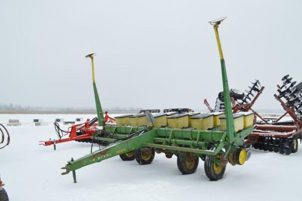 JD 7000 6 row no-till planter, insect. hoppers,corn & soy meters, HD down p