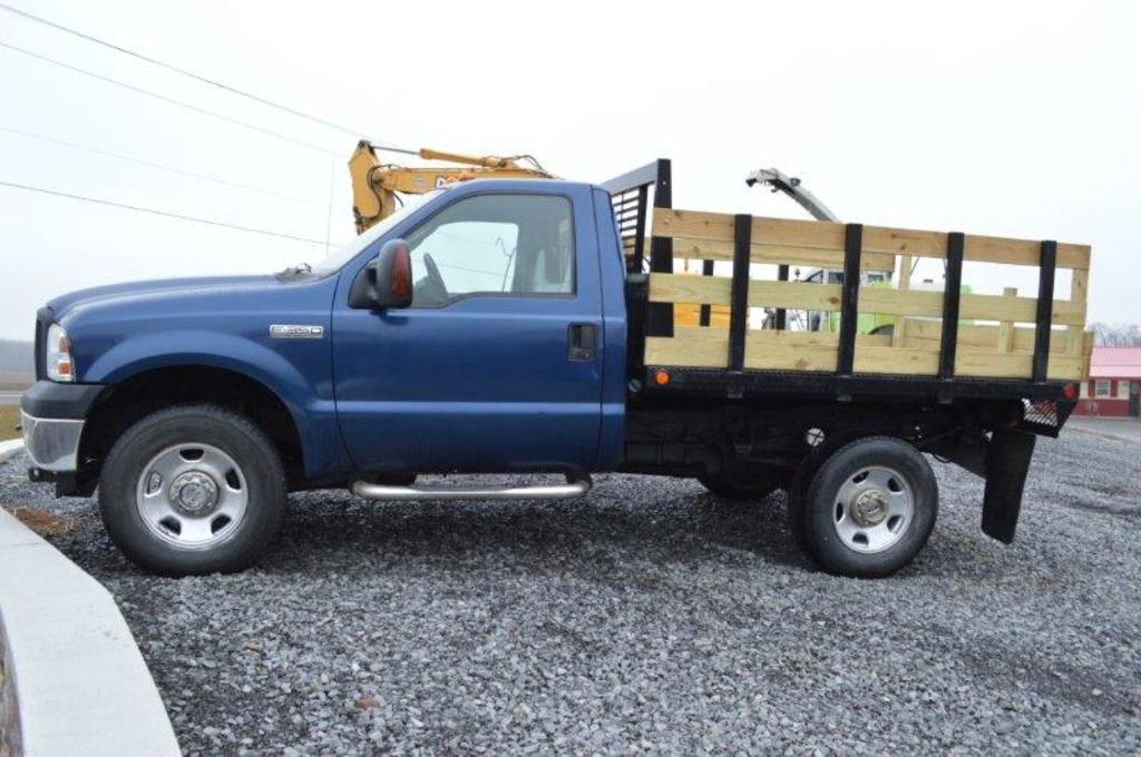 '06 Ford F350 Super Duty truck w/ 8' steel dumping bed, w/ 4wd, automatic t