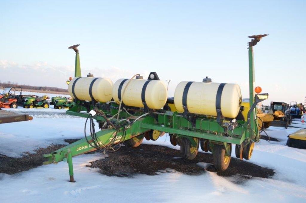 JD 7200 Max Emerge 2 Vacumeter 6 row planter w/ liquid fert, vacuum, seed f