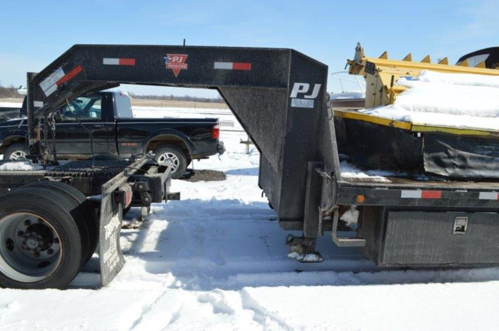 '08 PJ 33' trailer w/ 5th wheel hookup, beaver tail, ramps, tria-axle, elec