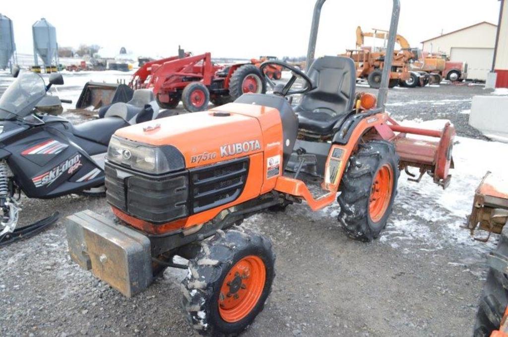 Kubota B7510 w/ 1,600 hrs, 4wd, 3pt, 540 PTO, 3 front weights, power steeri