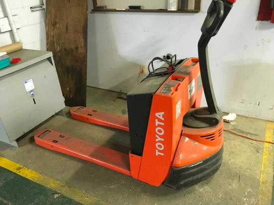 1065- Toyota 8HBW23 Battery Powered Pallet Jack