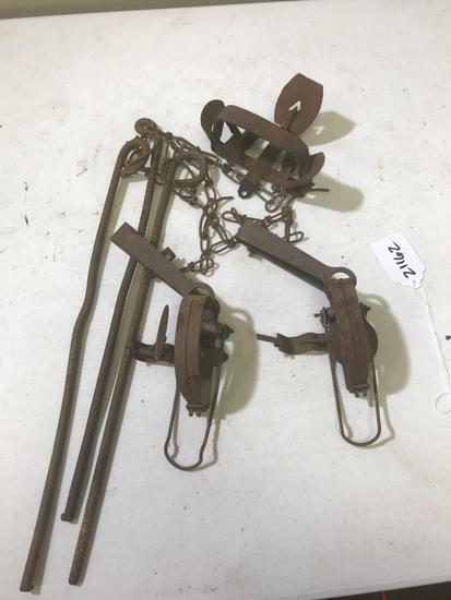 Lot of 3 traps with stakes