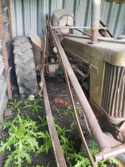 JOHN DEERE 520 GAS TRACTOR WITH LOADER
