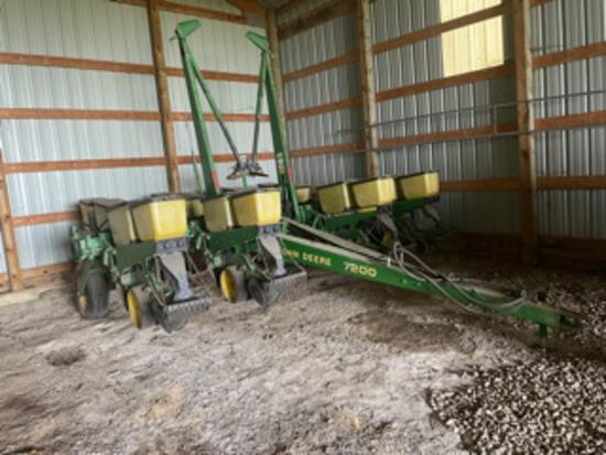 John Deere 7200 Max Emerge 2 8 row wide planter
