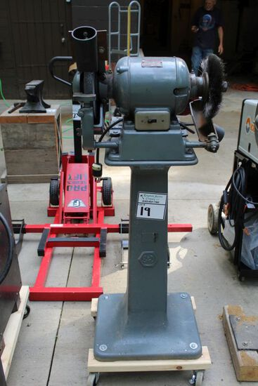 BLACK AND DECK BENCH GRINDER WITH VICE GRIP ON STAND