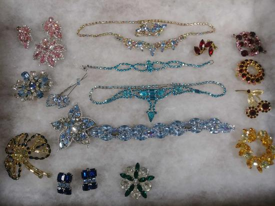 LOT OF (18) PIECES OF MULTI COLORED COSTUME JEWELRY