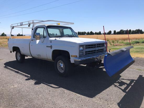 1986 Chevy C10 Custom 4x4 Deluxe w/ Plow & Lift Gate