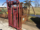 Powder River Squeeze Chute with automatic head gate