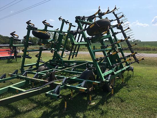 JD 960 27 1/2' field cultivator