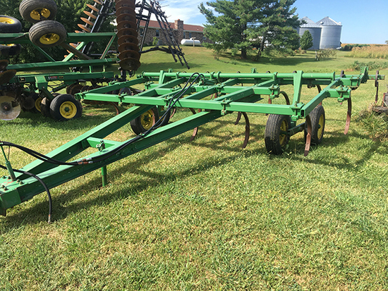 JD 1610 13 shank pull type chisel plow